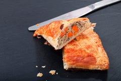Karmowy pojęcie Świeży piec Domowej roboty posiłek lub kurczaka trójboka chuchu kulebiaka na łupku kamieniu wzmacnia Obraz Stock
