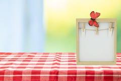 Karmowy przepisu szablon Pusta drewniana rama na stole z czerwienią w zdjęcia royalty free
