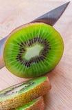 Karmowy przygotowanie - ciąć kiwi owoc Zdjęcia Royalty Free