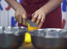 Karmowy przygotowanie - cleaning pomarańcze obrazy stock