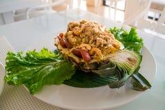 Karmowy/Smażył ryż w ananasie na stole, Selekcyjna ostrość fotografia royalty free