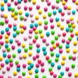 Karmowy tło stubarwni słodcy cukierków dragees obrazy royalty free