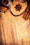 Karmowy tło z kopii przestrzenią. Brown cukier, anyż gwiazda i cin, Zdjęcia Stock