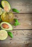 Karmowy tło z avocado, wapnem, oliwa z oliwek i basilem na starym w, Obraz Stock