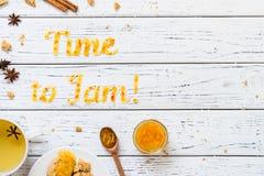Karmowy typografia czas Przyskrzyniać z ciastkami, herbatą i pikantność, Fotografia Stock