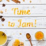Karmowy typografia czas Przyskrzyniać z ciastkami, herbatą i pikantność, Zdjęcia Royalty Free