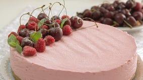 Karmowy tytułowanie i kulinarny cheesecake zdjęcie wideo