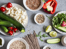 karmowy ustalony jarosz Zucchini, kalafior, słodki pieprz, soba kluski, quinoa, gryka - zdrowy jarski jedzenie Na szarości bac Obraz Stock