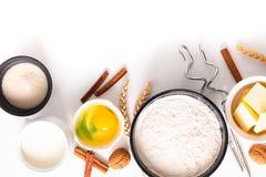 Karmowy wypiekowy pojęcie piekarni przygotowanie i składniki dla robimy chlebowemu ciastu na białym tle zdjęcie royalty free