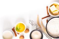 Karmowy wypiekowy pojęcie piekarni przygotowanie i składniki dla robimy chlebowemu ciastu na białym tle fotografia stock