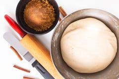 Karmowy wypiekowy pojęcie piekarni przygotowanie proofed chlebowego ciasto dla chlebowych lub cynamonowych rolek na białym tle obraz stock