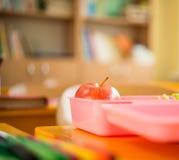 Karmowy zbiornik z jabłkiem i sałatką Zdjęcia Stock