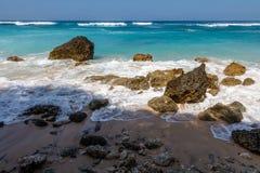 Karmy plaża w Ungasan, Bali, Indonezja Turkus woda, skały, ocean sceneria zdjęcie stock