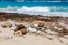Karmy plaża w Ungasan, Bali, Indonezja Turkus woda, skały, ocean sceneria zdjęcia stock