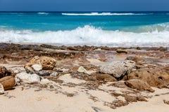 Karmy plaża w Ungasan, Bali, Indonezja Turkus woda, skały, ocean sceneria zdjęcie royalty free
