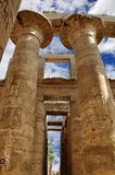 Karnak寺庙 在伟大次附尖的专栏,卢克索,埃及 免版税库存图片
