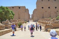 Karnak świątynny wejście z grupą turyści fotografia stock