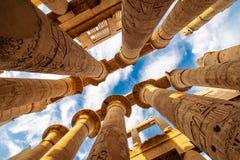 Karnak Hypostyle korridorkolonner och moln i templet på Luxor Thebes arkivfoton