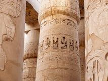 Karnak kolonndetaljer från den forntida egyptiska civilisationen arkivbilder