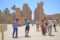 Karnak-Tempeleingang mit Gruppe Touristen stockbilder
