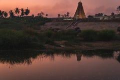 Karnakata της Ινδίας hampi ναών Virupaksha στο ηλιοβασίλεμα με την αντανάκλαση ποταμών στοκ εικόνες με δικαίωμα ελεύθερης χρήσης