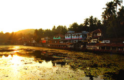 KARNATAKA, λίμνη της ΙΝΔΙΑΣ σε Gokarna κατά τη διάρκεια του ηλιοβασιλέματος στοκ φωτογραφίες