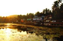 KARNATAKA, INDIEN-See in Gokarna während des Sonnenuntergangs stockfotos