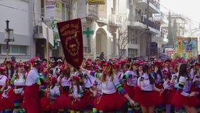 Karnawałowej parady uczestnicy maszeruje w kostiumach w Xanthi, Grecja zbiory