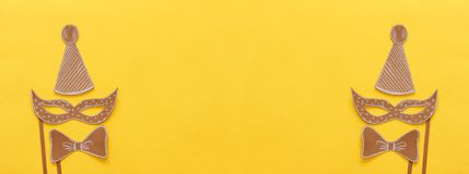 karnawału świętowania partyjny pojęcie z papier maską i błazenu kapeluszem nad żółtym tłem Odgórny widok Mieszkanie nieatutowy obraz royalty free