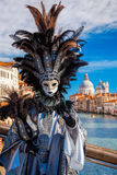 Karnawał maska przeciw bazyliki Di Santa Maria della salutowi w Wenecja, Włochy obraz stock