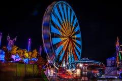 Karnawał przy nocą - przejażdżki w ruchu zamazującym zaświecają obrazy royalty free