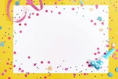 Karnawałowi confetti na białej księdze obraz royalty free