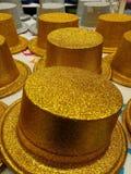 Karnawałowi złociści kapelusze przy sklepem Dekoracje i akcesoria fotografia royalty free