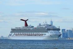 Karnawałowy chwała statek wycieczkowy opuszcza Nowy Jork Fotografia Royalty Free