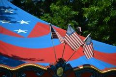 Karnawałowy przejażdżka namiot z Trzy flaga amerykańskimi w Portland, Oregon zdjęcia stock