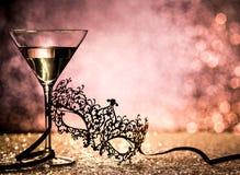 Karnawału szkło z błyskotliwym tłem i maska Fotografia Royalty Free