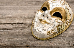 Karnawału maskowy arlekin na nieociosanym drewnianym tle Zdjęcia Stock