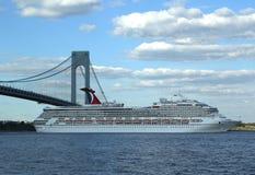 Karnawałowy chwała statek wycieczkowy opuszcza Nowy Jork Zdjęcia Stock