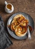 Karnemelkpannekoek met de geroosterde appelen van de honingskaneel Heerlijk Ontbijt op een houten lijst Royalty-vrije Stock Afbeeldingen