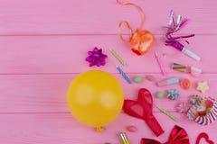 Karneval- eller födelsedagpartiobjekt med kopieringsutrymme arkivbilder