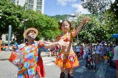 Karneval för barnlekar i en dräkt med träben royaltyfria foton