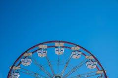 Karneval Ferris Wheel mit sauberen Himmeln Stockfotos