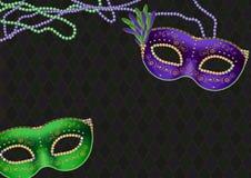 Karneval, fetter Dienstag-Themahintergrund, mit den grünen und purpurroten Masken und den Perlenhalsketten, Kopienraum lizenzfreie stockfotografie