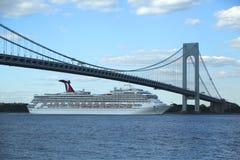 Karneval Glory Cruise Ship som lämnar New York Arkivbilder