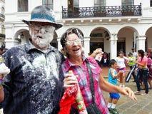 Karneval i Cuenca, Ecuador Koppla ihop med mycket skum på deras framsidor royaltyfri bild