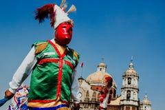 Karneval i Mexico, mexikanska dansare som bär ett traditionellt mexikanskt folk rikt i färg arkivfoto