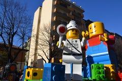Karneval - Lego Blockhin- und herbewegung Lizenzfreie Stockfotos