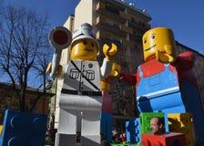 Karneval - Lego Blockhin- und herbewegung Stockfotos