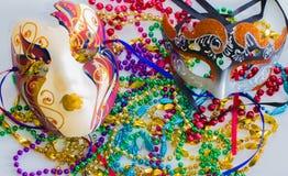 Karneval-Masken und Perlen Stockfotos