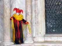 Karneval: maskera mellan pelare 2 Arkivfoto